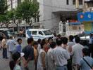 事故现场门口依旧有许多警察和群众。