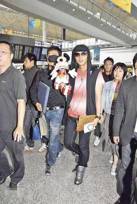 李准基来港见歌迷接机表现亲民,他获Fans送上奥运版米奇公仔后不忘炫耀一番