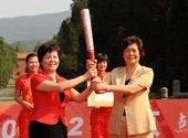 向南京市副市长赠送火炬