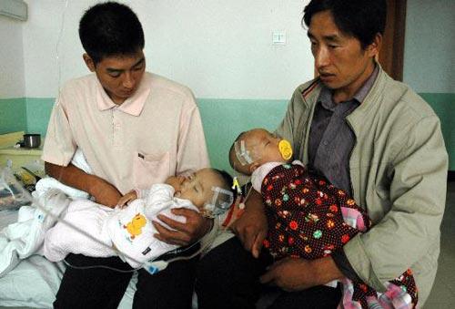 两位父亲抱着正接受治疗的患泌尿结石的孩子 新华社记者 朱国亮摄