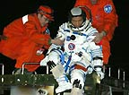 医疗救护队助航天员出返回舱
