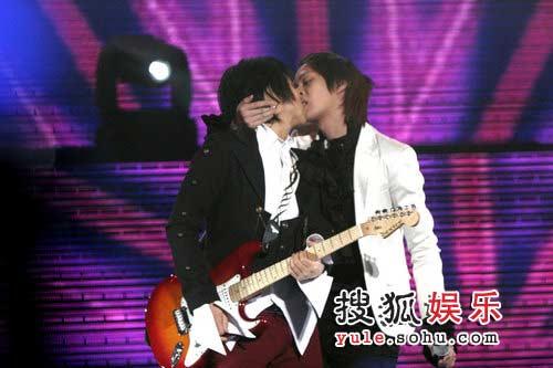 """希澈与另一位成员在舞台上公然上演""""断背""""吻"""