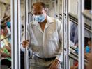 墨西哥市民戴着口罩乘地铁
