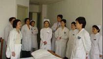 妇科主任卢丹(右二)主任医师,在妇科病房查房