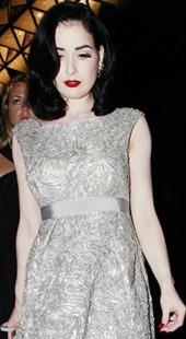 黛塔·范提思银装素裹 雪肌配艳唇